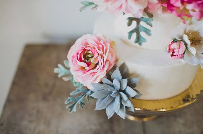 Cvetje na torti se velikokrat uporablja kot dekoracija, še posebej na porokah.