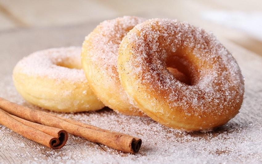 Najpreprostejši ameriški krof je navadno dekoriran s kristalnim sladkorjem.