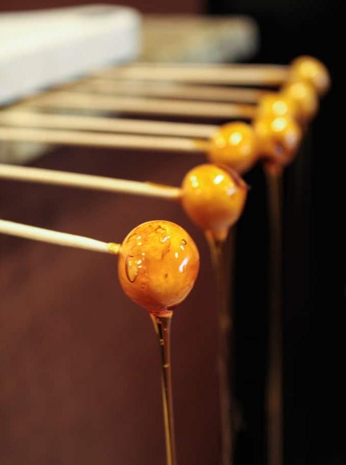 Karameliziranje lešnikov na palčki
