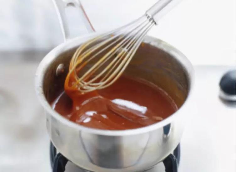 Karameliziranje sladkorja je povezano s konstantnim mešanjem z metlico.