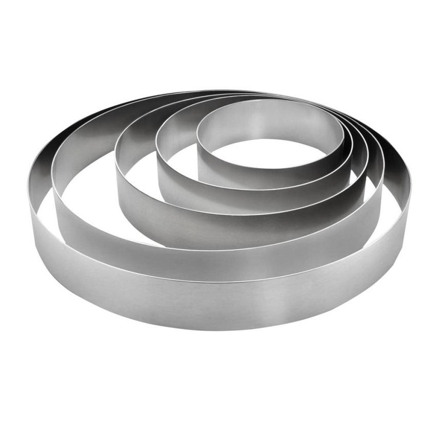 Pekač za torto je lahko tudi kovinski obroč.